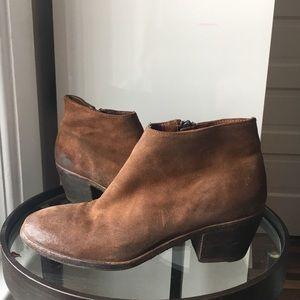 Gidigio suede booties in brown